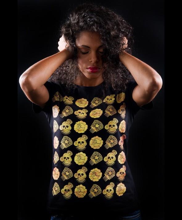 Camiseta Kusama Calaveras Doradas Collage Flamenco