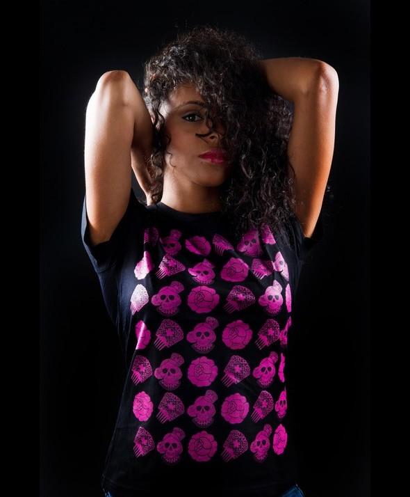 Camiseta Kusama Calaveras Rosas Collage Flamenco